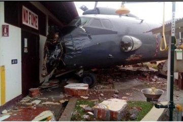 Peru: AN-32 kracht in Polizeistation – Fotos, Video