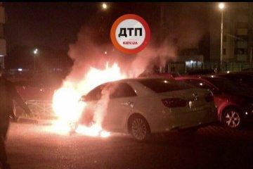 À Kyiv, trois voitures ont brûlées cette nuit