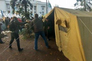 Etwa 500 Protestteilnehmer und Zelte vor Parlament