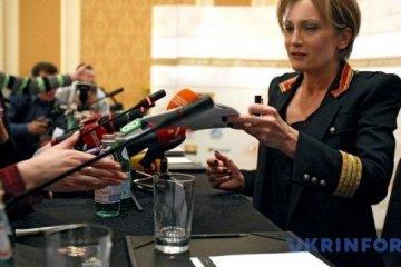 Patricia Kaas buys vyshyvanka in Kyiv