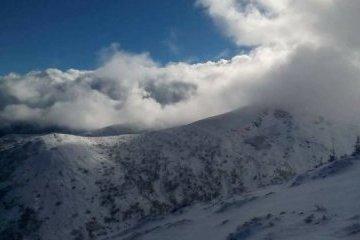 Los Cárpatos cubiertos de nieve y hasta 6 grados bajo cero (Fotos, Vídeo)