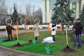 Embajador de Japón en Ucrania planta cerezos en la ciudad de Severodonetsk (Fotos)