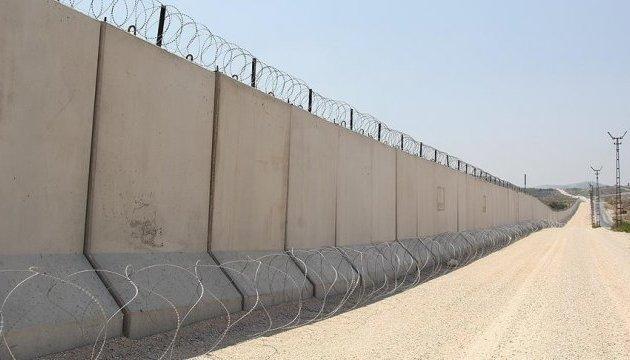 Туреччина закінчує будувати стіну на кордоні з Сирією