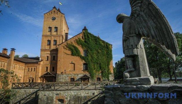Автентичні скрині й колиски представили в замку на Житомирщині