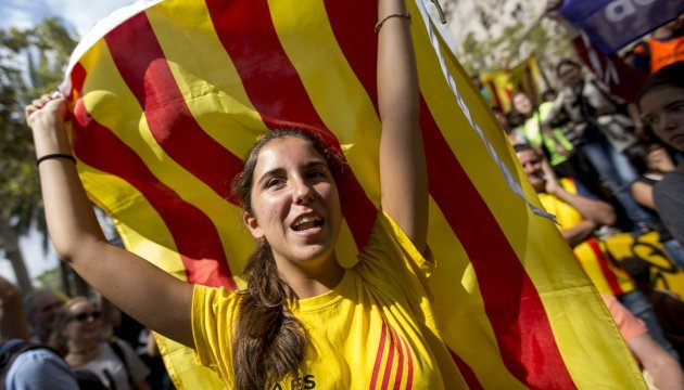 Тисячі каталонців прийшли під парламент підтримати незалежність