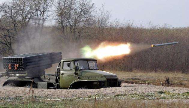 Бойовики обстрілюють населені пункти Донбасу з «Градів» - СЦКК
