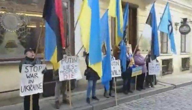 У Таллінні відзначили третю річницю щотижневого пікетування посольства РФ