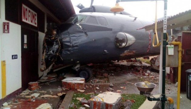 Peru: AN-32 kracht in Polizeistation – Fotos, Video