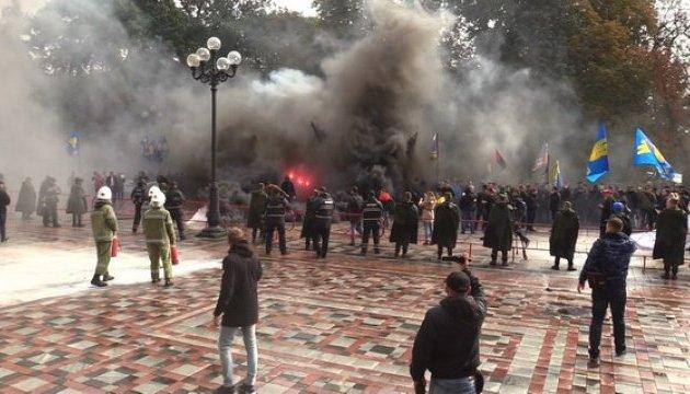 Беспорядки под Радой: в направлении здания летели дымовые шашки