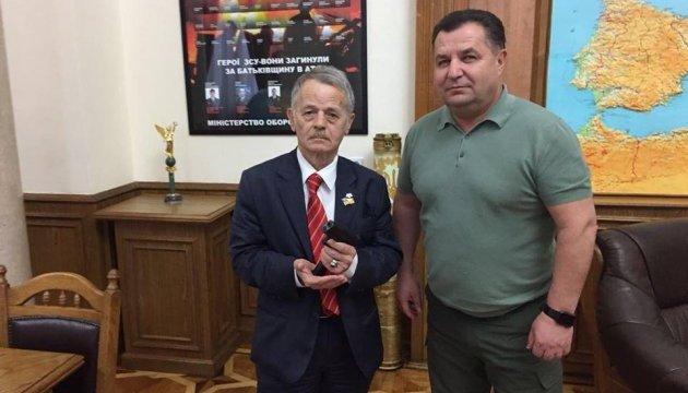 Джемілєва нагородили іменною зброєю