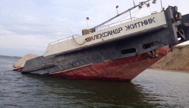 Затонула у Каховському водосховищі баржа має пошкодження корпусу