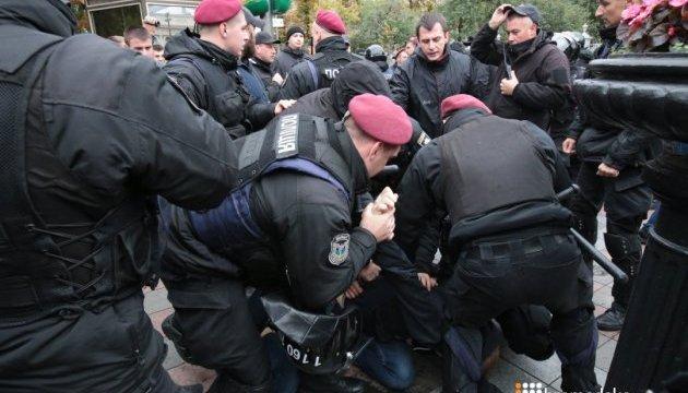 Под Радой драка между митингующими и полицией