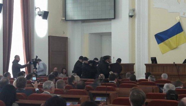 У Харкові з сесії міськради силою вивели скандального екс-депутата