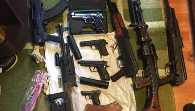 """Киевская полиция нашла внушительный """"домашний арсенал"""": пулеметы и пистолеты"""