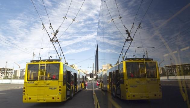 В Киеве пассажирам пришлось толкать троллейбус к остановке