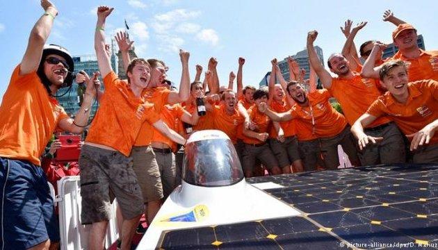 """Не бензином єдиним: в Австралії розпочалися змагання """"сонячних"""" електрокарів"""