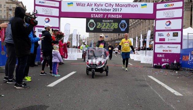 Kyiv Marathon: Юлія Черницька першою пробігла півмарафон із двійнятами у візочку