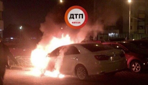 У Києві на Позняках згоріли три авто