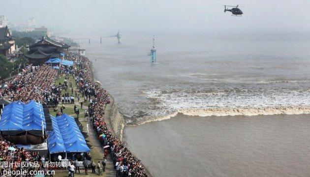 Унікальна припливна хвиля збирає тисячі туристів у Хайніні