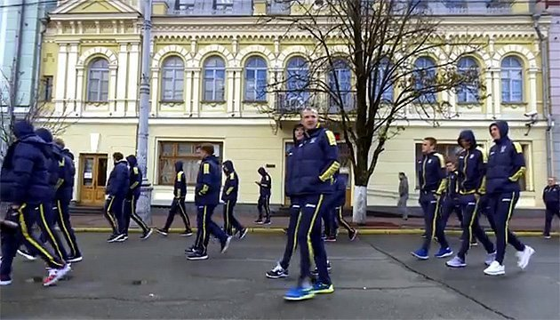 Ukraine national football team strolling around Kyiv before match with Croatia. Video