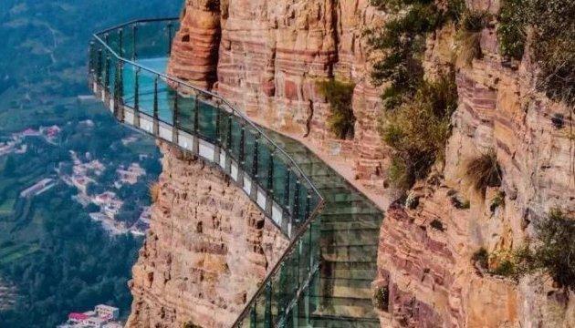 У Піднебесній скляна стежка в горах тріскається під ногами туристів