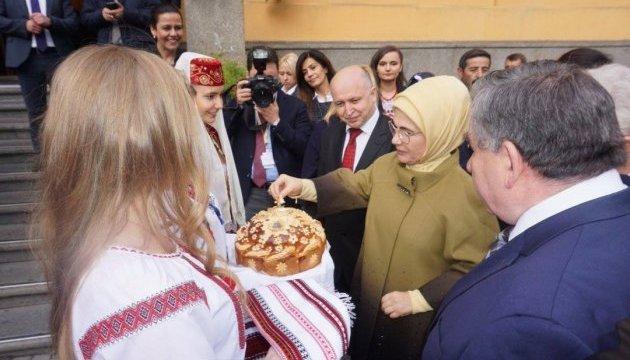 Первая леди Турции открыла в Киевском университете интерактивный класс
