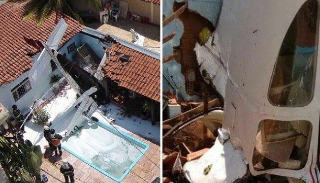 У Бразилії літак впав на будинок: загинули троє осіб