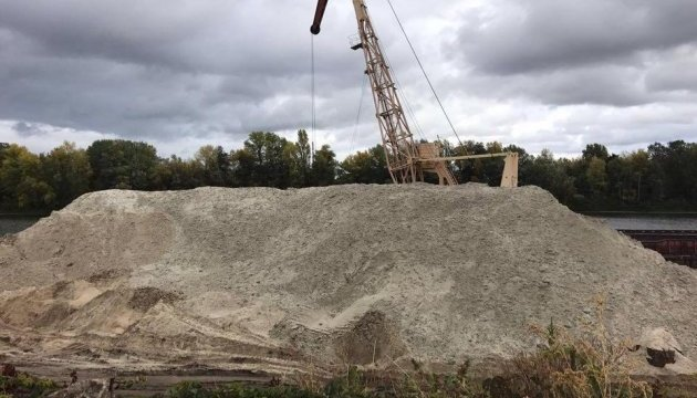 Незаконний видобуток піску на Київщині: правоохоронці вилучили техніку
