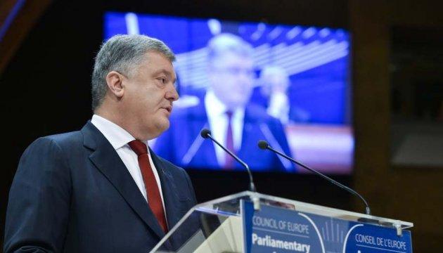 Порошенко: В одних місцях Росія знищує демократію танками, в інших - фейками