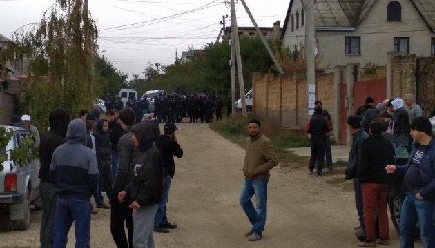 Затримання у Бахчисараї: під будівлею поліції збираються громадяни