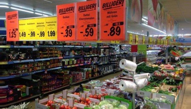 У Польщі через сплеск COVID-19 для пенсіонерів вводять спецгодини у магазинах та аптеках