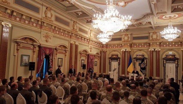 Порошенко: Звання Героя України отримали 45 воїнів, з яких 27 — посмертно