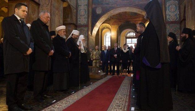Президентське подружжя помолилося за захисників у Софійському соборі