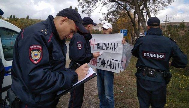 Окупанти затримали 49 учасників пікетів проти переслідування кримських татар