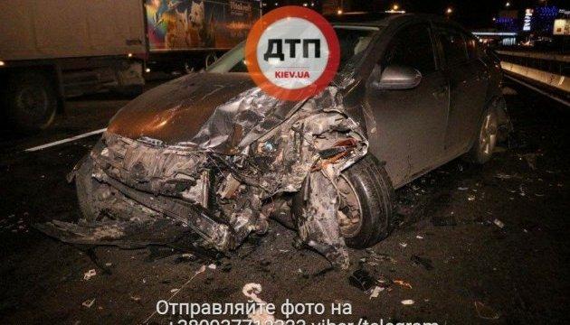 Автомобиль сбил водителя, попытавшегося помочь пострадавшим в ДТП