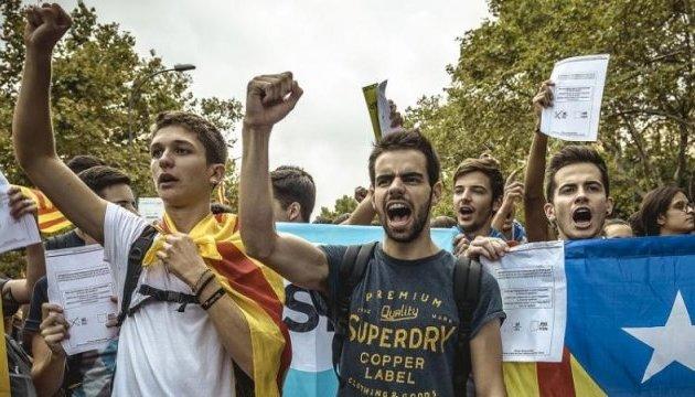 """В Барселоне студенты ушли с занятий митинговать за """"Каталонскую республику"""""""
