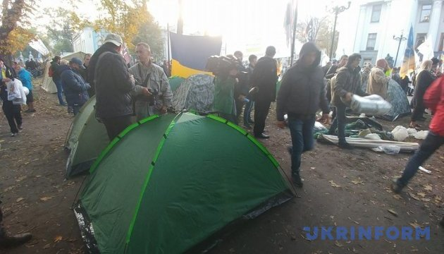 Ночь под Радой прошла спокойно, возле парламента - около 50 палаток
