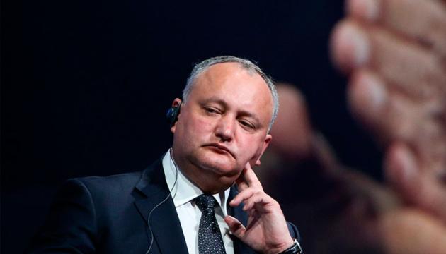 Конституційний суд Молдови тимчасово усунув Додона