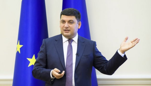 PM Groysman promises improvement in railway services to Mariupol