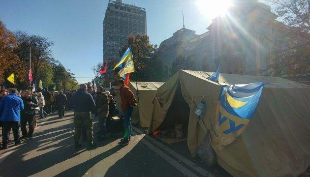 Ночь под Радой прошла спокойно, сейчас там около 150 митингующих
