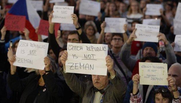 Чехи пришли с протестом к Земану из-за заявления о Крыме