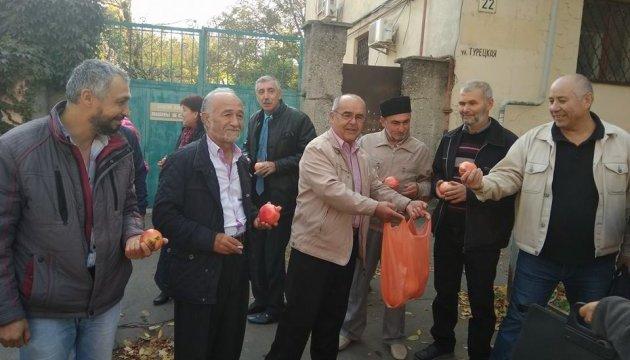Крымские татары возле