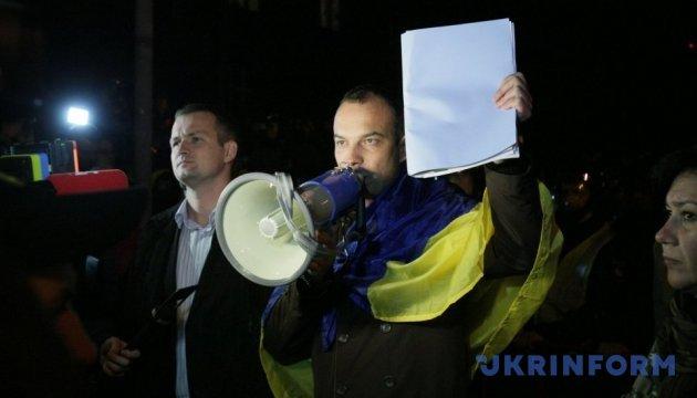 Около 100 митингующих пошли к Администрации Президента