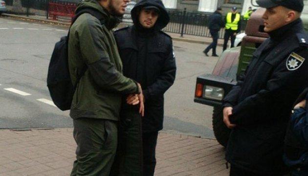Полиция установила личность мужчины, который нес оружие и радиостанцию под Раду