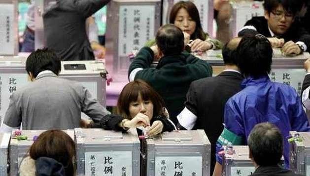 В Японии досрочно выбирают парламент