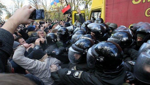 Під Радою сталася сутичка, поліція не пропускає на мітинг машину зі звукоапаратурою
