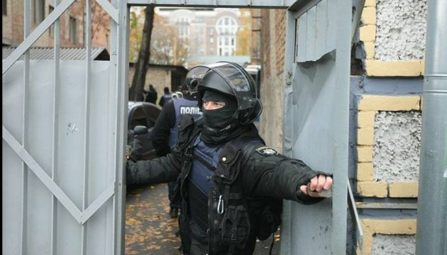 Сотня поліцейських охороняє суд, де забарикадувалися люди Коханівського