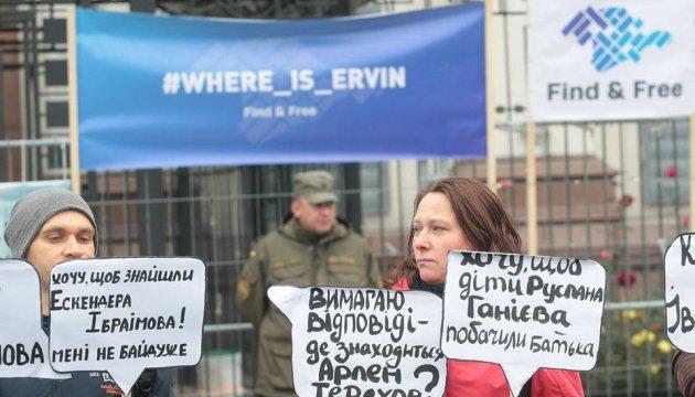 Des activistes manifestent devant l'ambassade de la Fédération de Russie (photos)