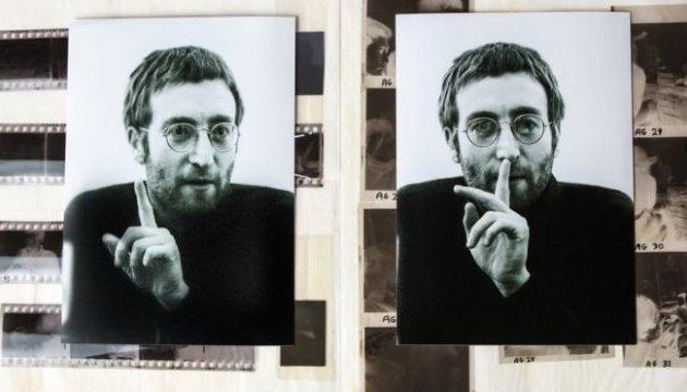 У Британії невідомі фотографії Леннона знайшли серед сміття