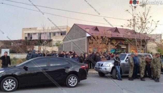 У Вірменії чоловік із ножем захопив заручників у дитсадку